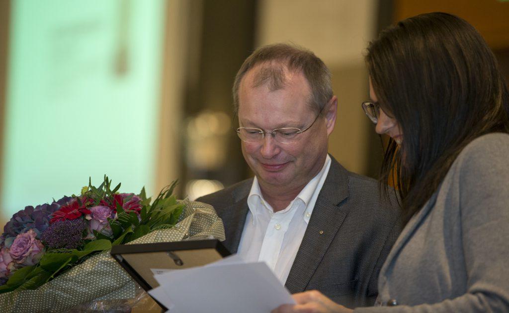 aarets kiropraktor Carsten Hviid får blomster